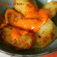 Pommes de terre au four comme des patatas bravas
